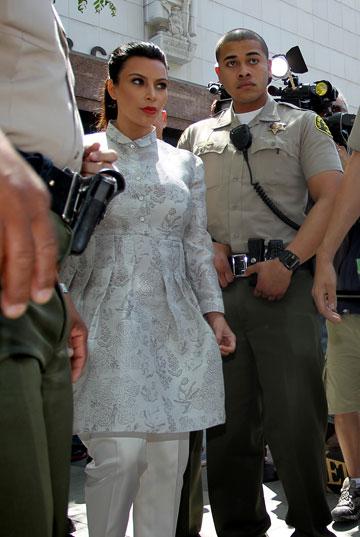קים קרדשיאן רוקדת על מדרגות הרבנות במראה סולידי לשם שינוי (צילום: gettyimages)