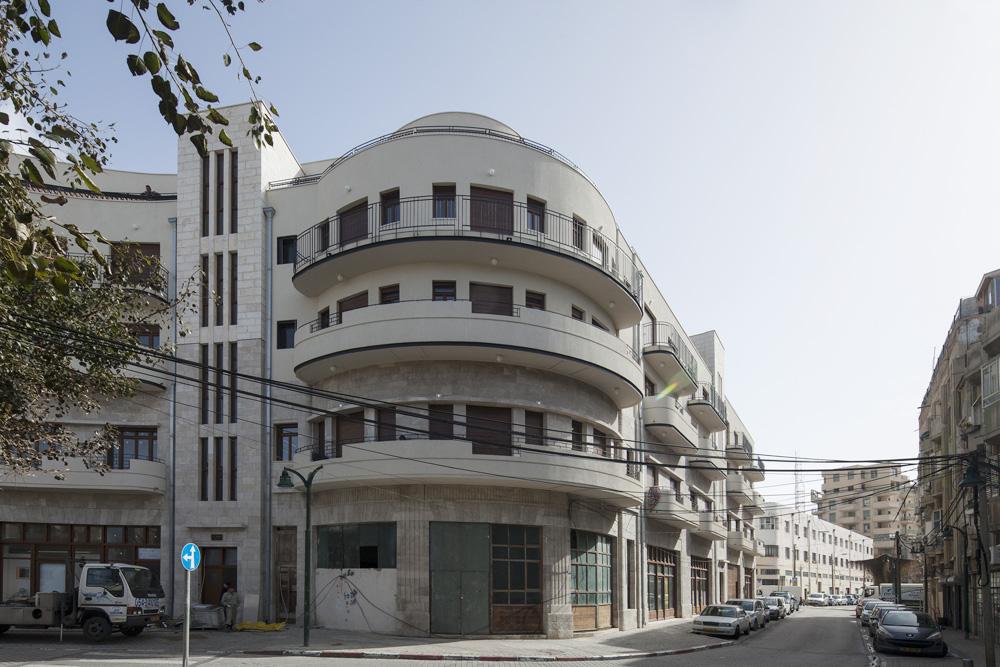 ''בית טאנוס'' נבנה ב-1933 על התפר שבין המושבה האמריקאית לשכונת נגה. הוא היה בן שתי קומות - קומה מסחרית וקומת מגורים. באחרונה נוספו לו 36 דירות, בשלוש קומות: שתיים ששומרות על קו המתאר של הבניין המקורי, ושלישית שנבנתה ''בנסיגה'', כדי לשמור על פרופורציות מוצלחות. את הפרויקט תיכנן משרד ''קימל אשכולות'' (צילום: אביעד בר נס)
