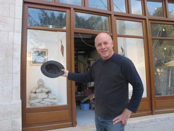 האמן דני רייזנר בפתח הסטודיו שלו. למטה: הפסלים שלו (צילום: דן רייזנר)