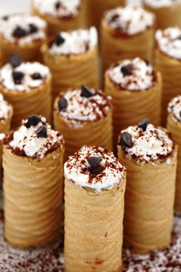 גלילי ופל במילוי קרם גבינה ושוקולד צ'יפס (צילום: לירון אלמוג)