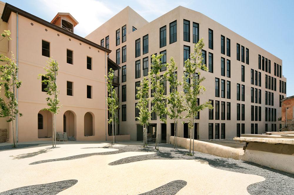 ''מתחם קרן'' - פרויקט שמתנשא מעל שאר המבנים במושבה, וכלל את שימור ''מלון ירושלים'' ובית נורטון (שבו פעלה שנים ארוכות קרן, מסעדתו של חיים כהן). את הפרויקט תיכננו האדריכלים גידי בר אוריין, מורן פלמוני, אמנון בר אור וליטל סמוק פביאן. דירת שלושה חדרים בשטח של 100 מ''ר נמכרה בו לפני שנתיים ב-3,150,000 שקלים (צילום: עמרי אמסלם)