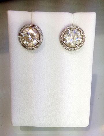 מהארון של ג'ניפר סנוקל: עגילי יהלום, 2.5 קראט כל אחד, כ-100,000 דולר