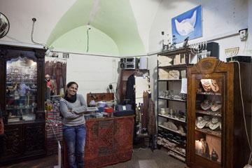 שרון סדן בחנותה. קשה להתפרנס מהתיירים (צילום: אביעד בר נס)