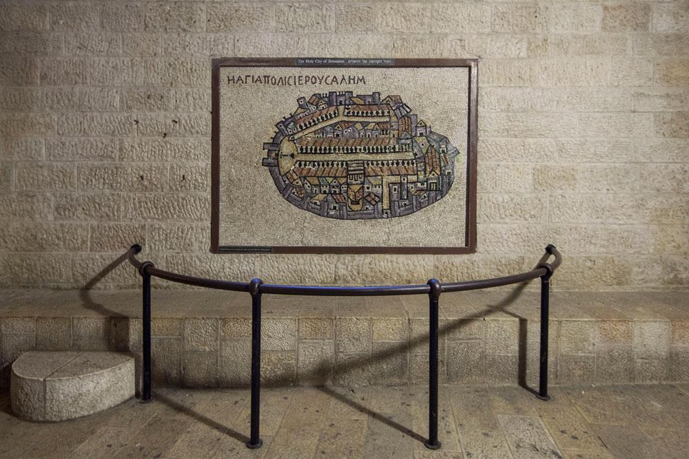 האדריכלים האמינו שכדי למצוא את הקארדו העתיק, צריך להסתמך על מפת מידבא. היא התגלתה כמדויקת - הרחוב אכן נחשף מתחת לאדמה (צילום: אביעד בר נס)