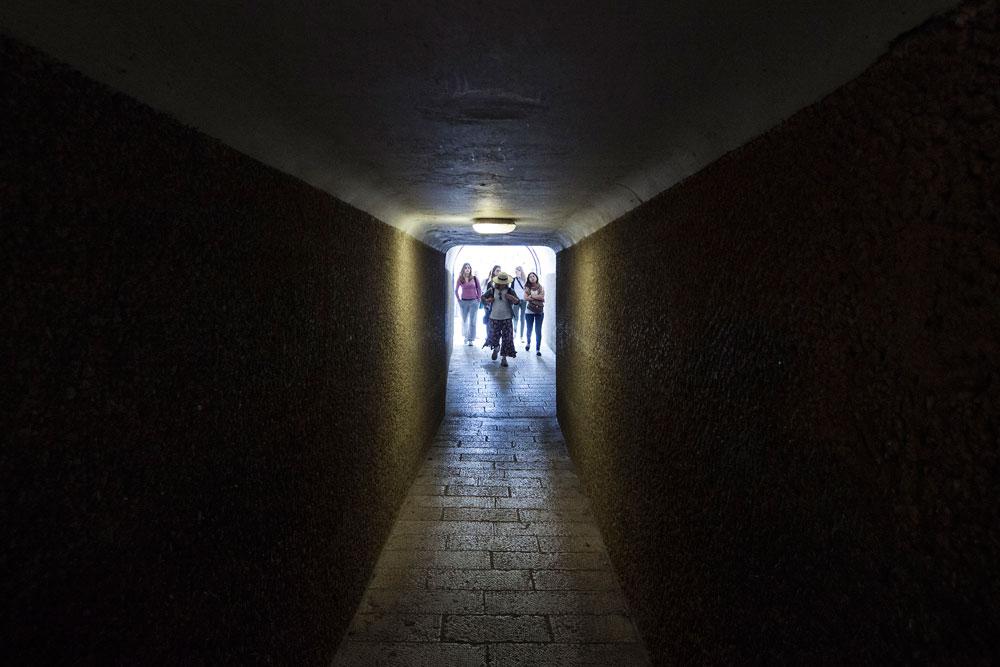 אור בקצה המנהרה? אם ישכילו הרשויות לסייע לבעלי העסקים, הם יוכלו להישאר כאן ולשמור על ייחודו של הרחוב. אפשר יהיה גם לגוון את החנויות, ולא להציע רק בובות של חסידים וגמלים (צילום: אביעד בר נס)