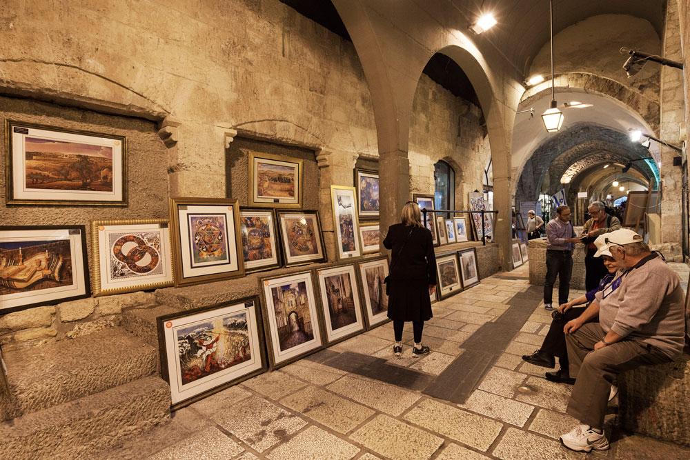 ''מפריע לי לראות את כל התמונות שהגלריות הוציאו החוצה לרחוב, נתלות על כל הקירות הפנויים. הן צריכות להיות בחנות ולא במעבר'', מאוכזב האדריכל בוגוד (צילום: אביעד בר נס)