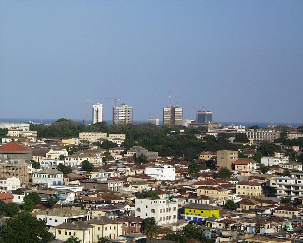 אקרה, בירת גאנה, מאכלסת 2.3 מיליון נפשות. המתחם המתוכנן יקום בסמוך אליה ויכלול מרכזי ספורט, בית חולים ואוניברסיטה - וכמובן, מפעלים (צילום: cc, Elegant Machines)