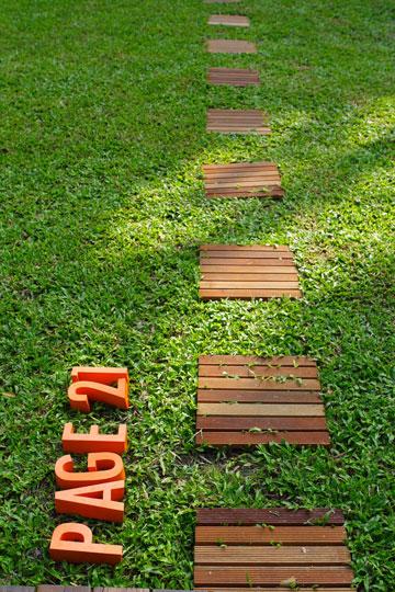 מול מדשאה וחומרים טבעיים