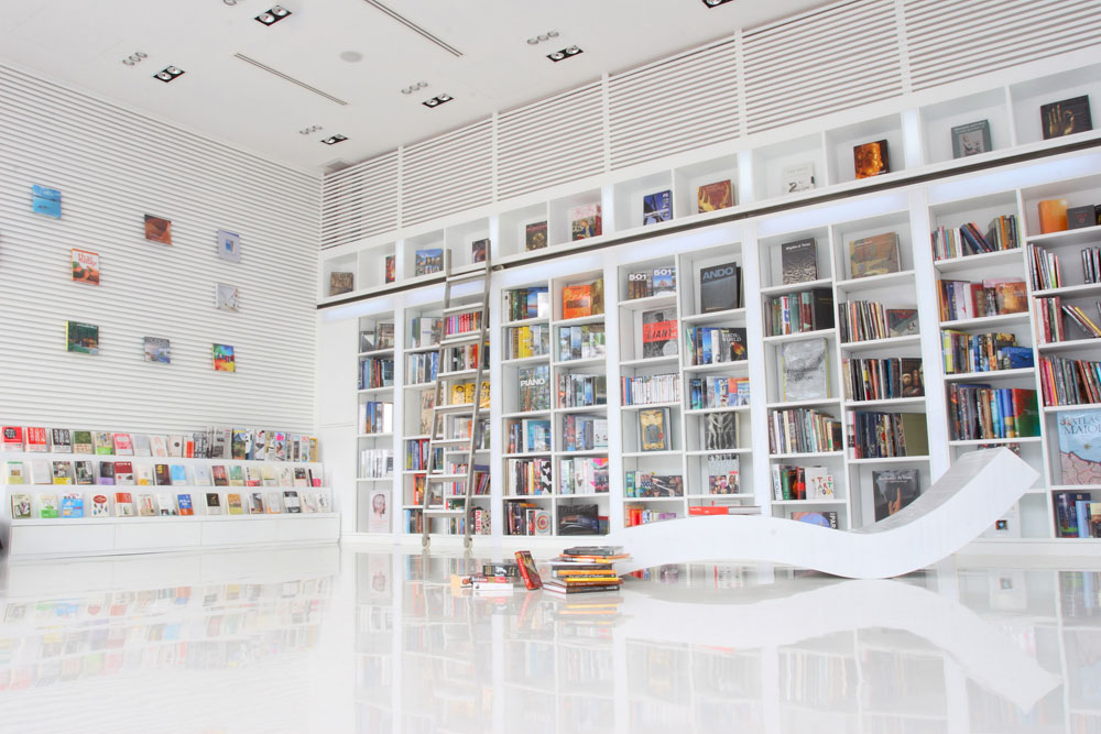 המלון כולו קרוי על שמה: הספרייה. לבנה, גבוהה ואלגנטית באופן שמזכיר את עיצוב החנויות של ''אפל''