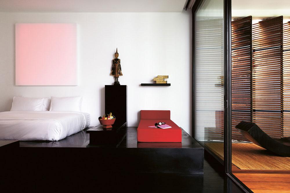 החדרים מעוצבים במינימליזם בהיר וחסכוני, שנראה במבט ראשון אפילו סגפני, אך מאובזרים בקפידה ובמיטב הטכנולוגיה,ומקושטים באמנות מזרח אסיאתית