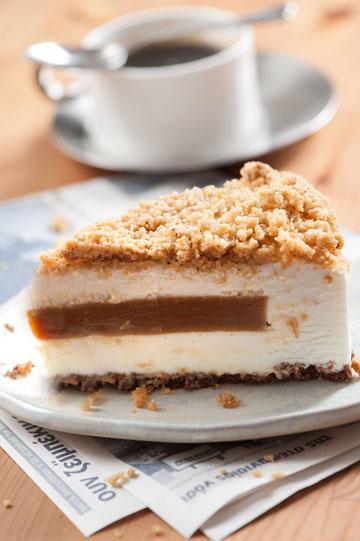 עוגת גבינה קרה עם ליבת טופי וקרמבל קינמון (צילום: דודו אזולאי)