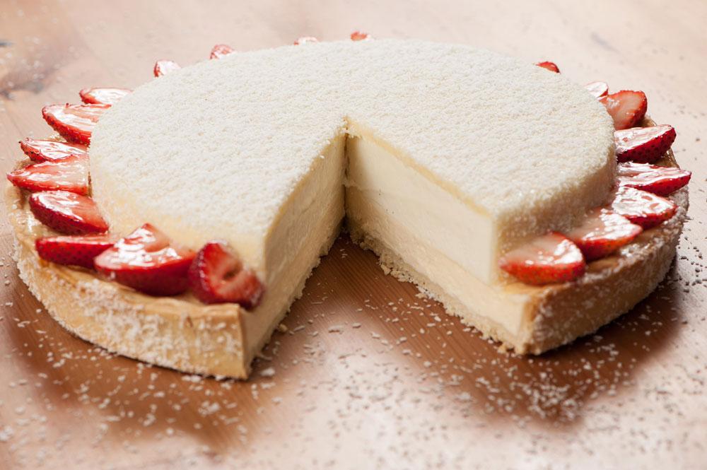 אם מתעצלים, אפשר לוותר על המוס. עוגת גבינה עם מוס שוקולד לבן, קוקוס ותותים (צילום: דודו אזולאי)