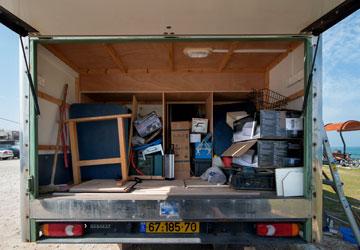 והמחסן שמתחתיה, מאחור (צילום: אילן נחום)