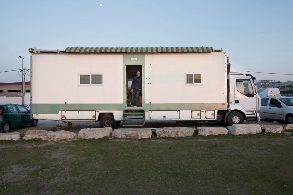 יוסי טיאר בפתח ביתו: משאית ארוכה, שעליה ארגז מתוכנן היטב. לפי החוק, מותר לה לחנות בכל מקום שמותר לחנית משאיות. רוב הזמן היא נמצאת ביפו, מול הים (צילום: אילן נחום)