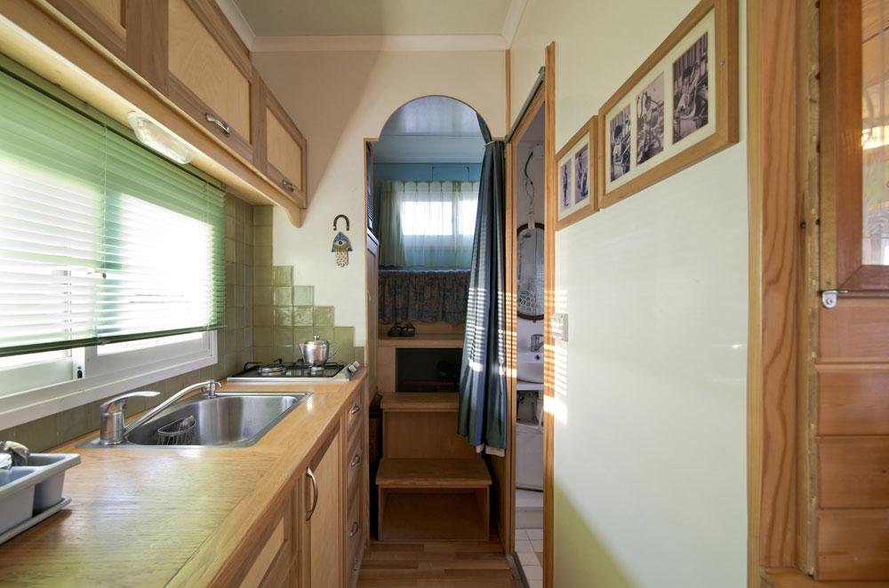 מבט לכיוון המטבח. מימין חדר הרחצה ובסוף גלריית השינה של הבת, שמתחתיה, באחורי המשאית, יש אפילו מחסן (צילום: אילן נחום)