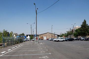 מגרש החניה. גדרות מיותרות שצריך להוריד (צילום: אביעד בר נס)