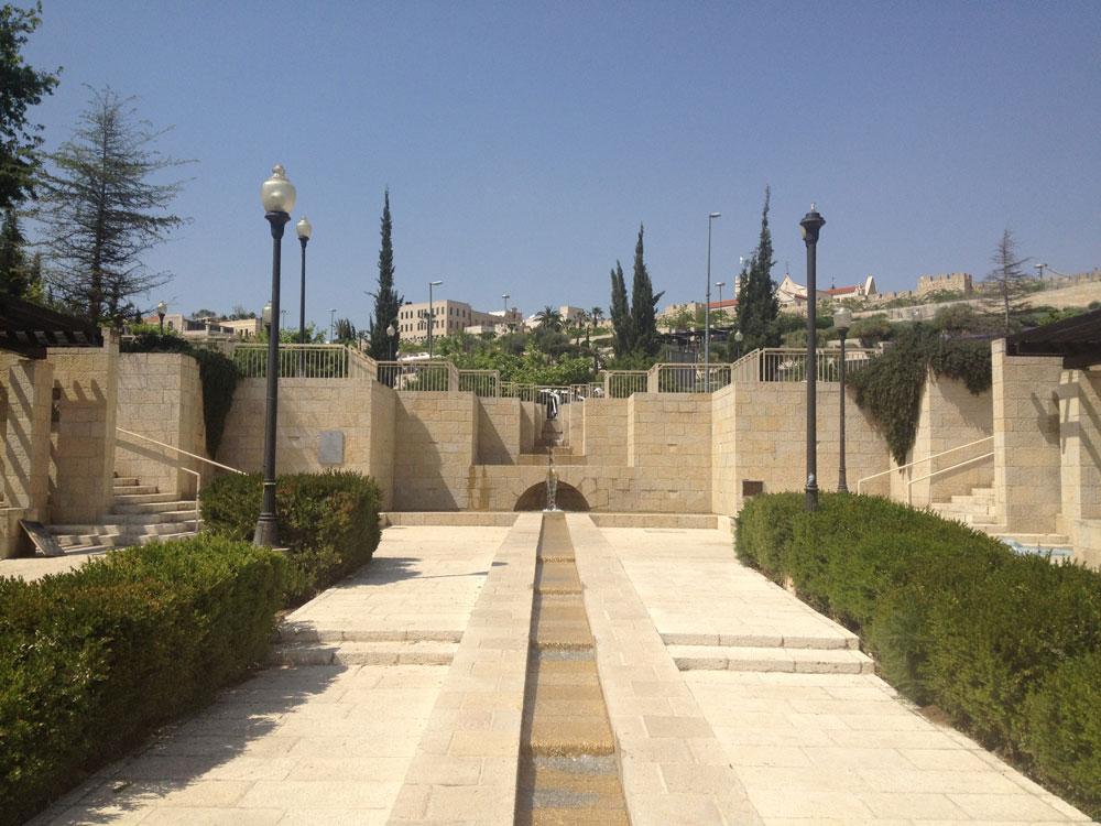 פארק טדי, למרגלות חומות העיר העתיקה. ביטוי נוסף לממלכתיות הירושלמית המוכרת - ואף טיפת צל (צילום: נעמה ריבה)