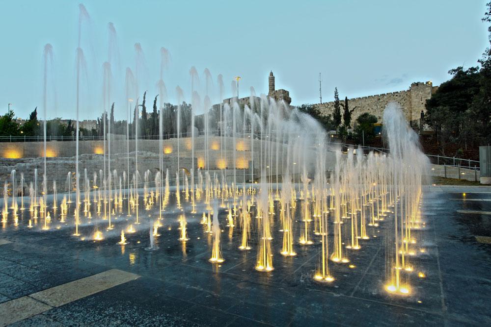 האטרקציה החדשה והיקרה של פארק טדי היא המזרקה, בתכנונו של הספרדי סטפן לורקה ובעיצוב תאורה של הילה מאיר. 256 סילוני מים ו-1,780 גופי תאורה. יש גם מוזיקה (צילום: ששון תירם)