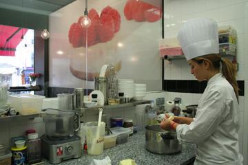 המטבח הוא חלק מהחנות. סעדה בפעולה (צילום: שרון היינריך)