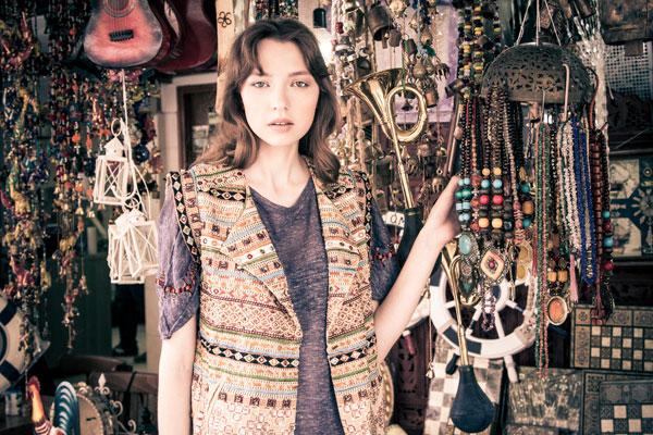 חולצת אוברסייז, ברשקה; וסט, זארה (צילום: ליאור קסון)