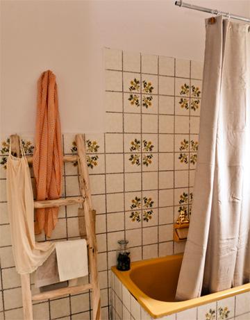מראה רטרו. חדר האמבטיה (צילום: אבישי פינקלשטיין)