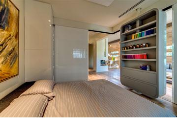 המצבים השונים של חדר השינה: ספרייה כלפי פנים, מסך כלפי הסלון (צילום: איתי סיקולסקי)