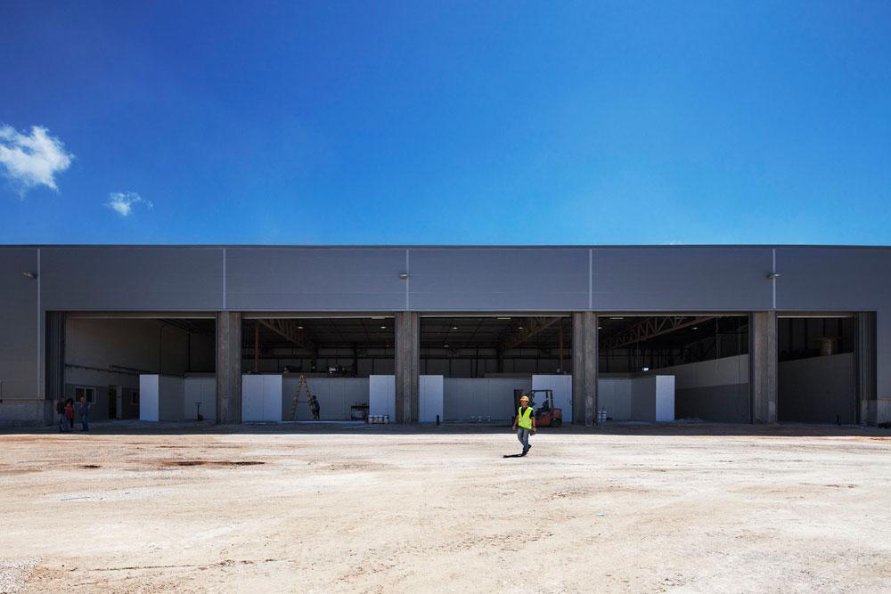 אזור המשרדים בנוי מבלוקים ועמודים ומחופה בפח. המחסנים מיתמרים לגובה 8-10 מטרים ועשויים קורות פלדה יקרות (צילום: אביעד בר נס)