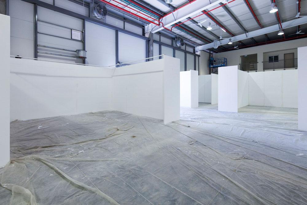 החלל הפתוח והעצום (6,000 מ''ר המבנה כולו) מאפשר למנהלת האמנותית של היריד, יפעת גוריון, חופש עיצובי. כאן יוצגו שלל עבודות אמנות (צילום: אביעד בר נס)
