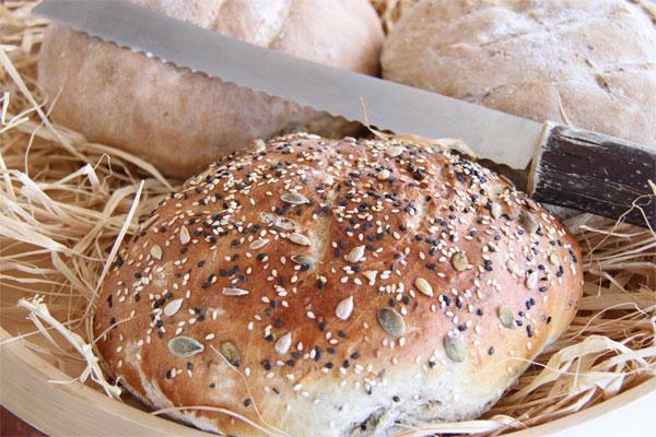 לחם דגנים כפרי (צילום: אסנת לסטר)