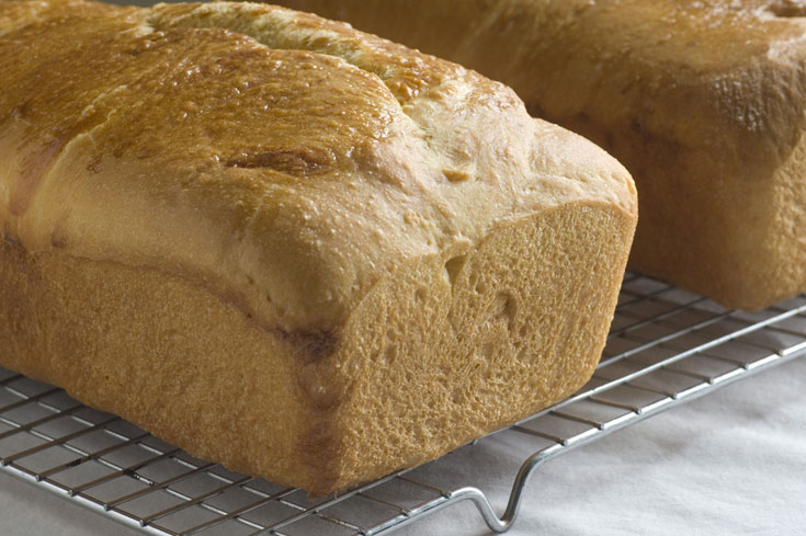 כדי לשמור על פריכות הבסיס, מוציאים את הלחם מהתבנית ומצננים על רשת (צילום: shutterstock)