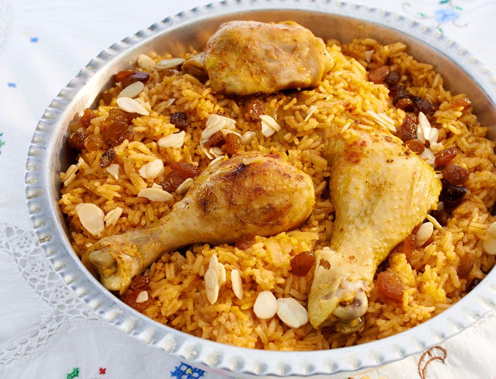 עוף עם אורז אדום בצימוקים ושקדים (פּלָאוֹ אַחְמַר בּגִ'יג') (צילום: מוטי פישביין)