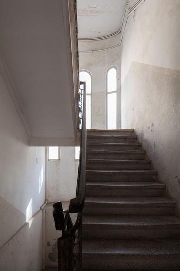 חדר המדרגות של ''בית המעלית'' (צילום:טל ניסים)