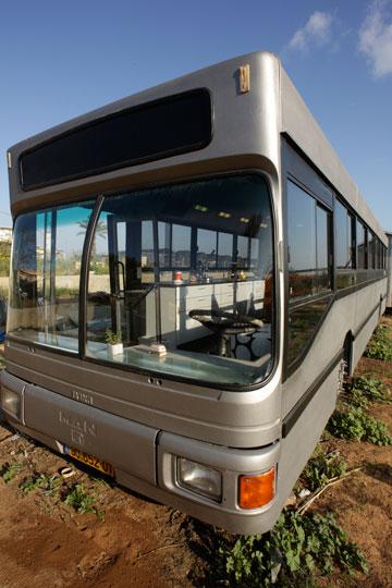 האוטובוס חופה מבחוץ בפח מגולוון (צילום וסטיילינג: ליאור דנציג )