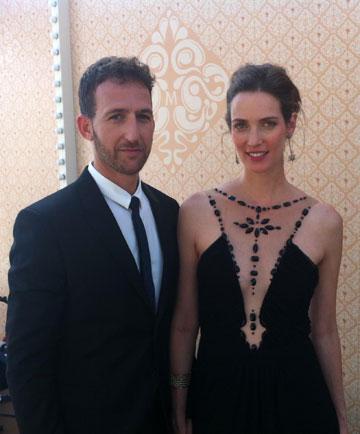 אורי פפר בחליפה של פול סמית' לפקטורי 54 ויעל גולדמן בשמלה של אלון ליבנה ותכשיטים של ה.שטרן. מייצגים בכבוד