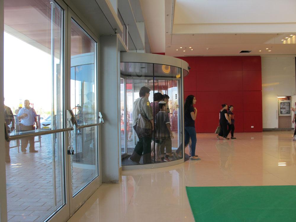 אחרי כל השערים והכיכרות, הכניסה עצמה דחוקה. מכאן יכולים עשרות אלפי המבקרים היומיים לבלות ב-250 חנויות, כמעט כפליים מקניון עזריאלי (צילום: מיכאל יעקובסון)