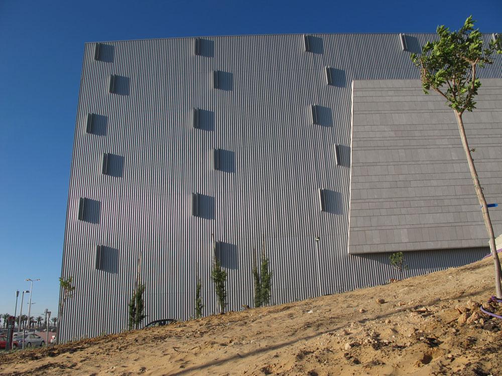 מסנוור על רקע החול והמדבר. חלק מהחזית של הגרנד קניון החדש בבאר שבע. טוב לעיר או טוב ליזמים? (צילום: מיכאל יעקובסון)