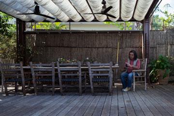 ''אין גינות כמו אלה שאנחנו מתכננים''. מונג'ק בגינה (צילום: אביעד בר נס)
