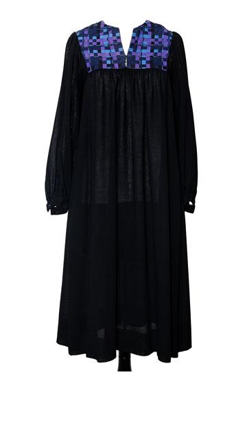 """שמלת שחורה מצמר ארוג, 1980. """"במשך שנים רבות לבשתי אותה לאירועים חברתיים בחו""""ל, היום אני כבר מעדיפה דברים פשוטים יותר"""" (צילום: ענבל מרמרי)"""