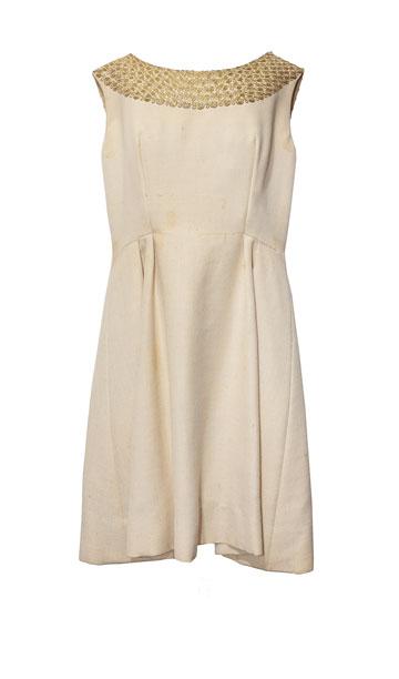 """שמלת צמר לבנה עם רקמה בסגנון תימני, שנות ה-60. """"אחת מהשמלות הראשונות שפיני עיצבה למשכית. היא נעשתה באריגת יד של צמר דק ואיכותי, בתקופה שלפני מלחמת ששת הימים"""" (צילום: ענבל מרמרי)"""
