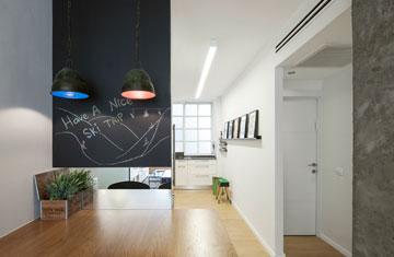 דלפק אכילה שעל הקיר מולו פס של מראה (צילום: אביעד בר נס)