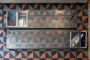 גם את שולחנות הקפה תיכננו המעצבים במיוחד (צילום: אביעד בר נס)