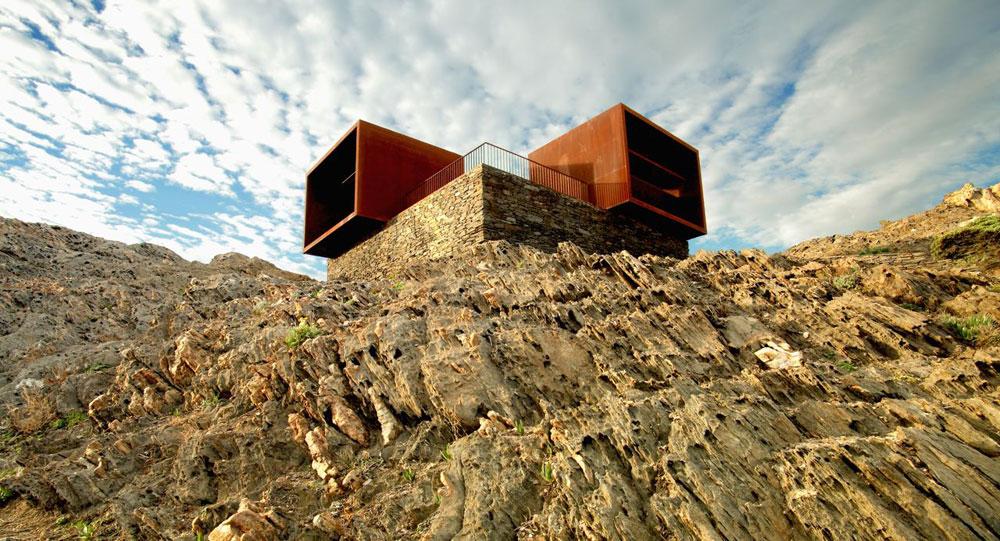 המבנה שנותר מספק תצפית מרשימה על גלי הים התיכון שנשקפים ממנו. כל שביל בפארק מוביל לתצפית מרהיבה, והדממה שוב שולטת במרחב המבודד (צילום: Pau Ardèvol)