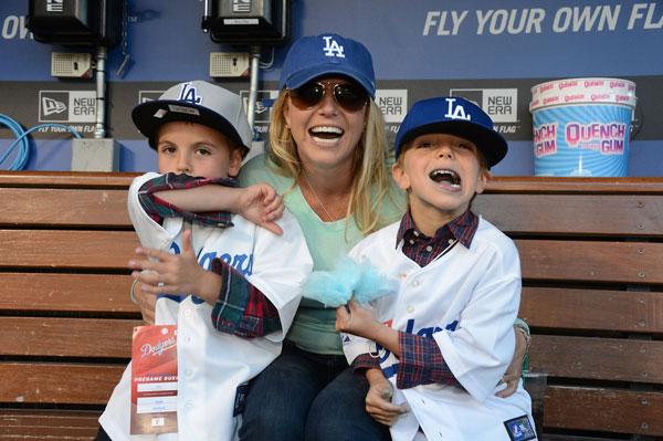 """""""הוא אוהב גם את הילדים שלה"""". ספירס ובניה, אפריל 2013 (צילום: gettyimages)"""