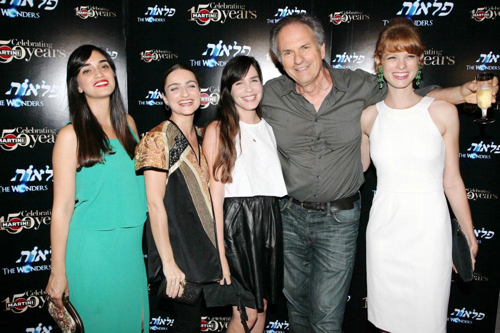 כולן היו בנותיו. אבי נשר (שני מימין) עם יובל שרף (מימין), נטע גרטי, אניה בוקשטיין ולירז צ'רכי (צילום: רפי דלויה)