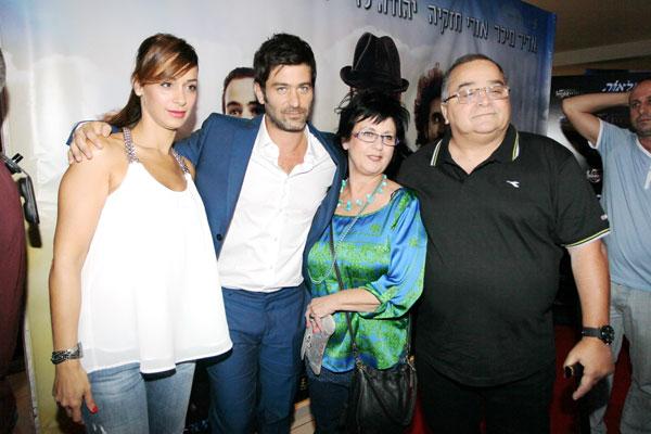 משפחה תומכת. לוי עם הוריו ירחמיאל וחיה ואחותו דנה (צילום: רפי דלויה)