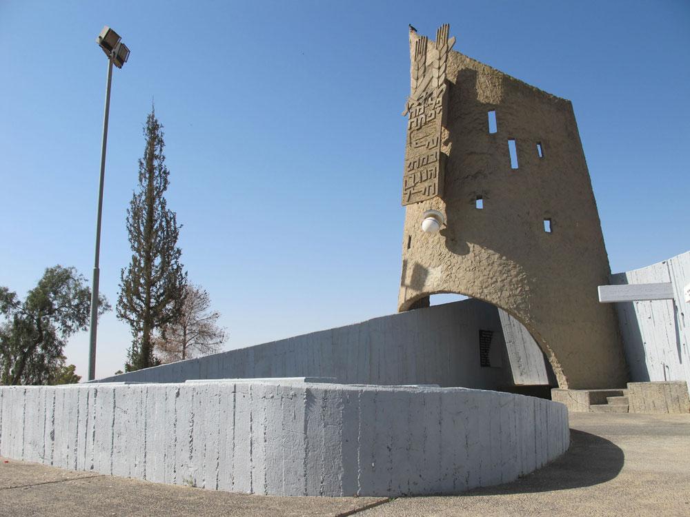 ערד תיכנן כמה אנדרטאות ואתרי הנצחה בולטים ברחבי הארץ, כמו האנדרטה לחללי חטיבת יפתח בצומת בית קמה בצפון הנגב (צילום: מיכאל יעקובסון)