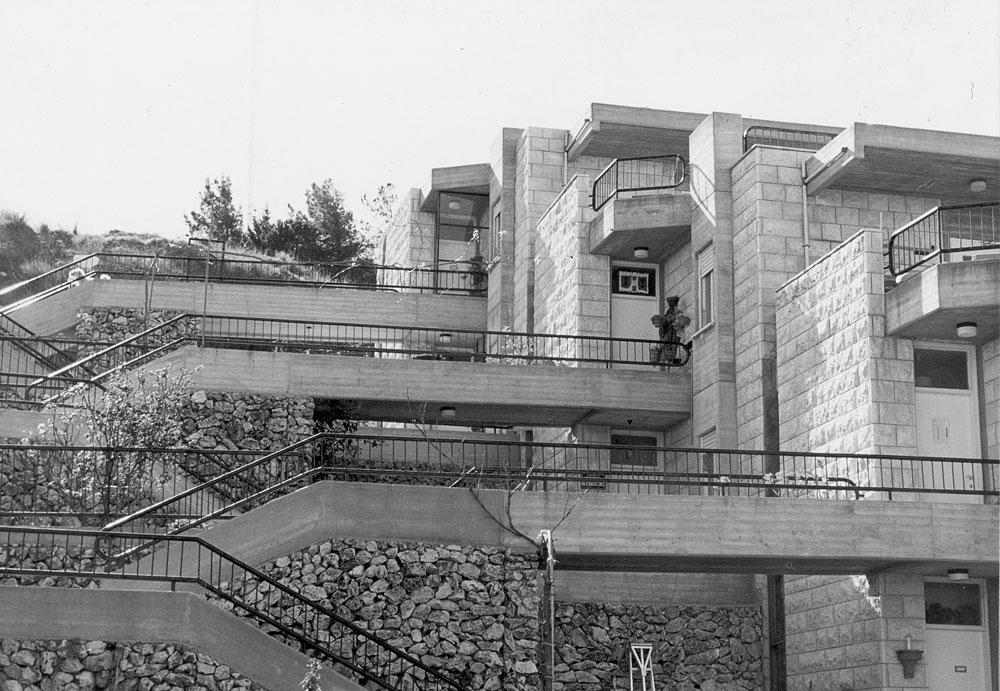 בתי מגורים בקיבוץ סאסא שבמרום הגליל, בתכנונו של ערד. החל לעבוד תחת השגחתו של שמואל מסטצ'קין, ואז הציעו לו ללכת ללמוד אדריכלות בעצמו (באדיבות חיליק ערד)