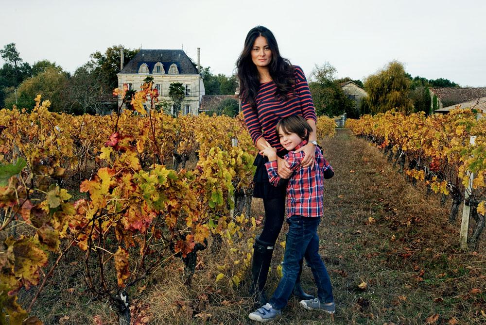 גדלה בהונג קונג, התחתנה עם איסלנדי, חיה בצרפת. מימי ואחד מילדיה בכרם בחבל מדוק (צילום: Oddur Thorisson)