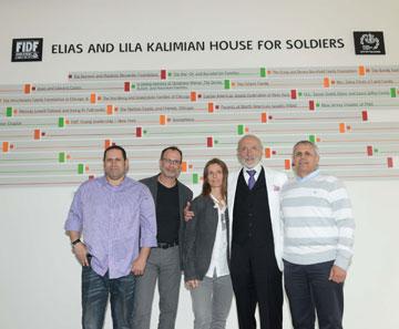 מימין: מנכ''ל FIDF, התורם אליאס קלימיאן, והאדריכלים אמיר חזק, רוני אלרואי ואיתי שחר (צילום: רועי מזרחי, באדיבות האגודה למען החייל)