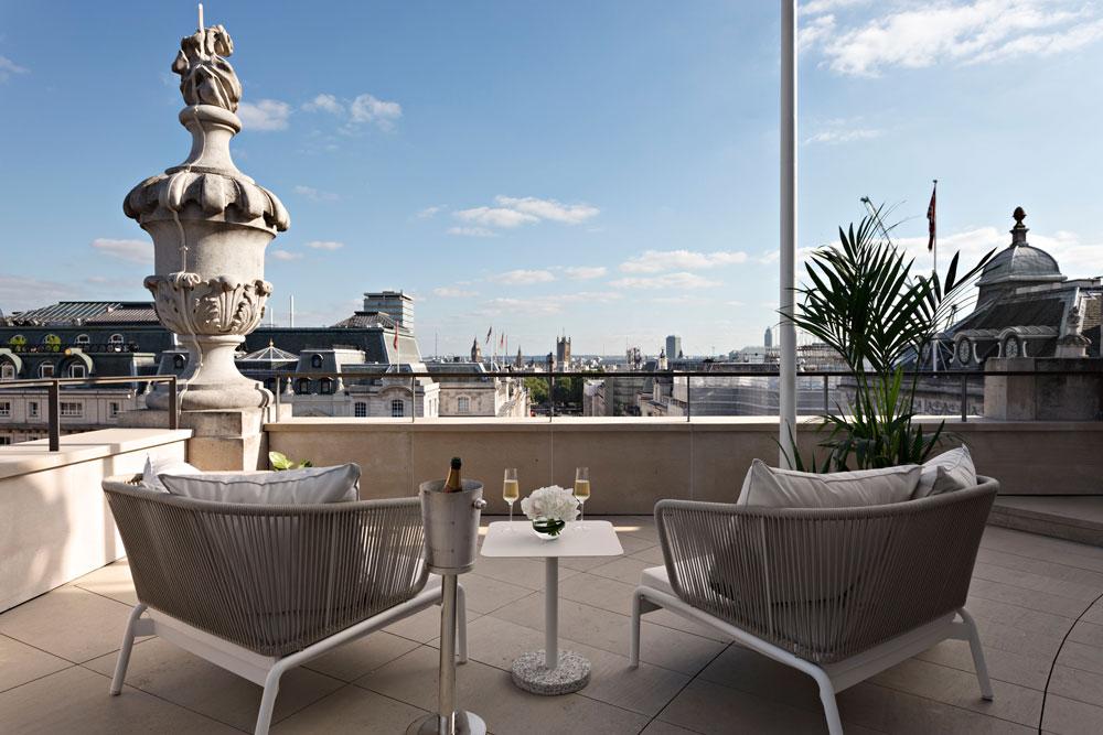 אחת המרפסות במלון קפה רויאל בלונדון. ציירים ומשוררים ישבו כאן פעם (צילום: עמית גרון)